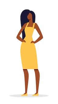 Jolie femme africaine à la peau sombre et aux cheveux longs