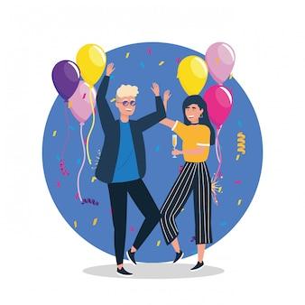Jolie femme et homme dansant avec des ballons