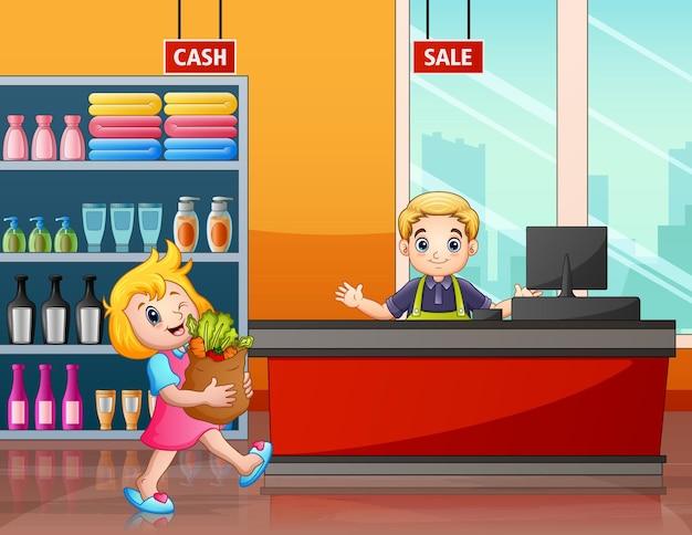 Jolie fille achetant des produits frais au supermarché