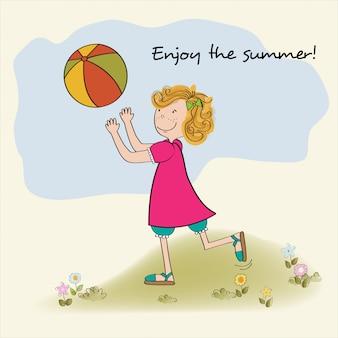 Jolie fille joue au ballon, profitez des vacances d'été