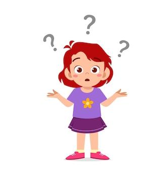 Jolie fille montre une expression confuse avec un point d'interrogation