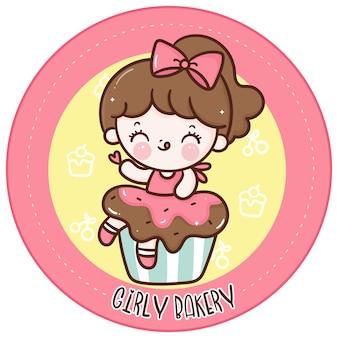 Jolie fille s'asseoir sur le logo kawaii de dessin animé de petit gâteau