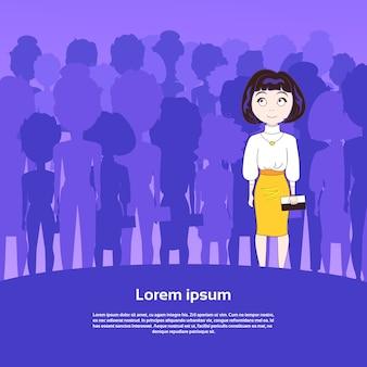 Jolie jeune femme debout sur la silhouette du groupe de personnes