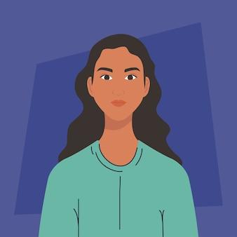 Jolie jeune femme sur fond bleu.
