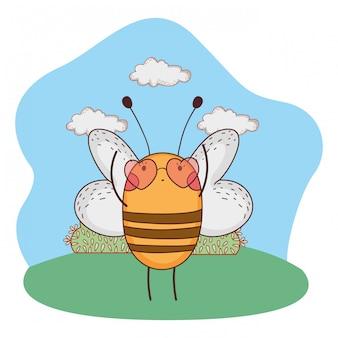Jolie petite abeille avec des lunettes de soleil dans le camp