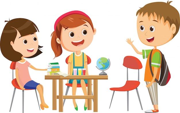 Jolie petite écolière attendant l'un de ses camarades de classe au bureau pour étudier