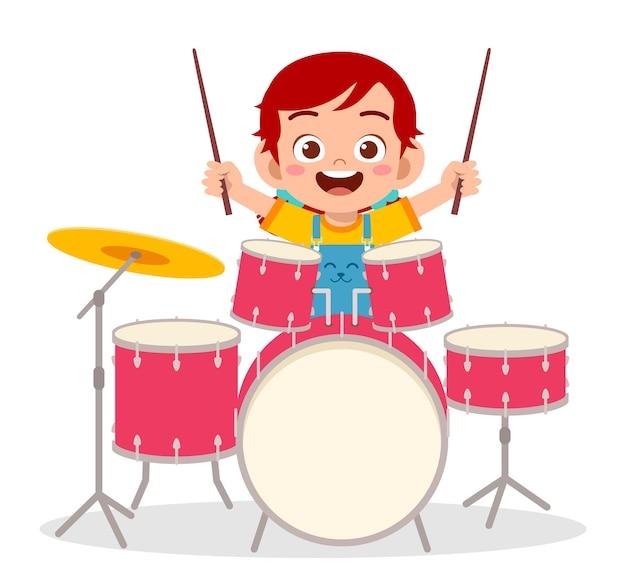 Jolie petite fille joue du tambour en concert