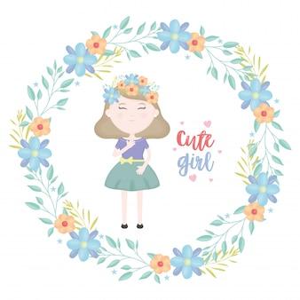 Jolie petite fille avec personnage de couronne florale