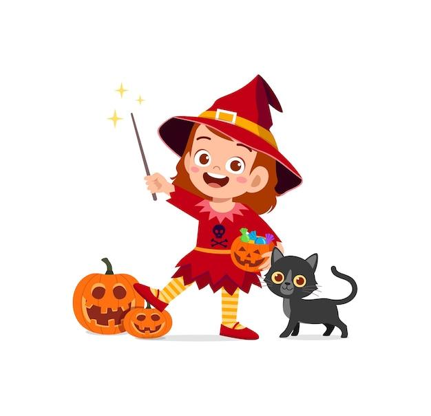 Jolie petite fille porte un costume de sorcière pour halloween
