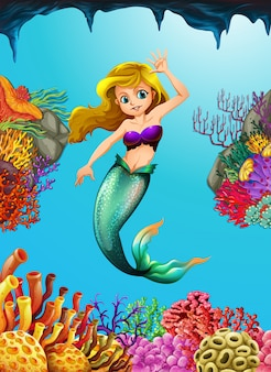 Jolie sirène nageant sous l'eau