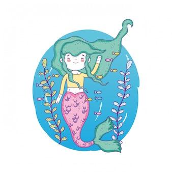 Jolie sirène sous la mer aux algues