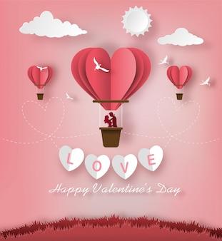 Jolis couples amoureux debout dans un panier de ballon à air.