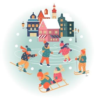 Jour de neige dans la ville de noël confortable les enfants jouent dehors en hiver