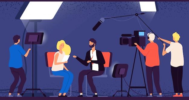 Journaliste hôte, équipe de télévision professionnelle