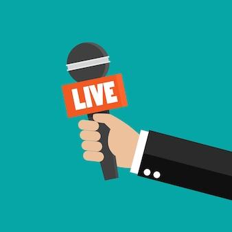 Journaliste main tenant microphone isolé sur vert