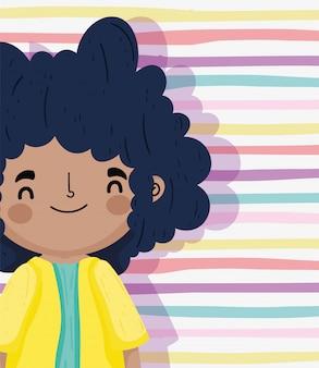 Journée des enfants heureux, petit garçon cheveux bouclés noirs