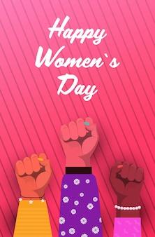 Journée Internationale Des Femmes Mix Race Levée Poings Forts Concept De Puissance De Fille Différentes Nationalités Mains Féminines Illustration Verticale Vecteur Premium