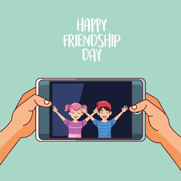 Joyeuse fête de l'amitié avec un couple d'enfants dans un smartphone