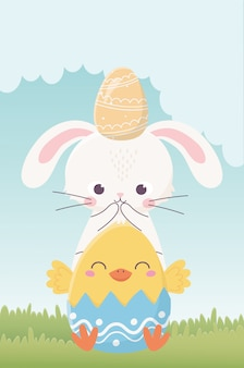 Joyeuses pâques, lapin avec oeuf en tête et poulet en coquille d'oeuf nature