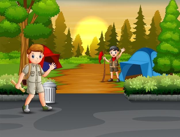 Joyeux camping l'éclaireur au milieu de la forêt
