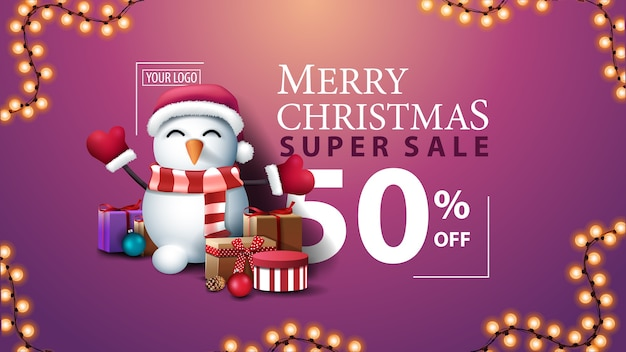Joyeux cchristmas, super vente, jusqu'à 50 de réduction, bannière de réduction moderne rose avec belle typographie, guirlande et bonhomme de neige en chapeau de père noël avec des cadeaux