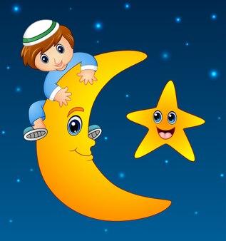 Joyeux enfant musulman grimpant sur la lune