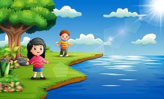 Joyeux enfants jouant au bord de la rivière