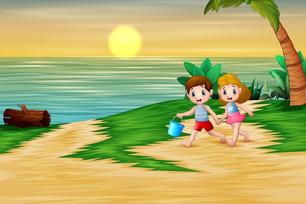 Joyeux enfants jouant au bord de la mer