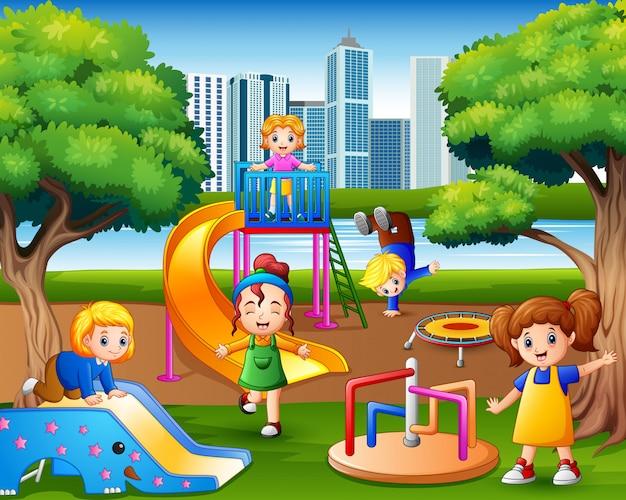 Joyeux enfants jouant dans la cour de récréation