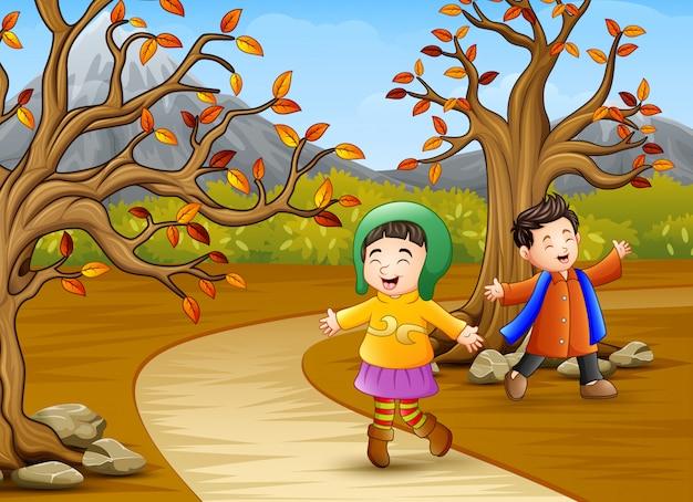 Joyeux enfants jouant dans le parc en automne