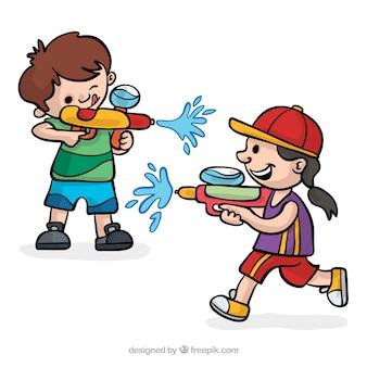Joyeux enfants jouant avec des pistolets à eau
