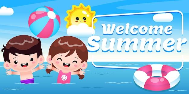 Joyeux enfants mignons jouant au ballon de plage sur la mer avec la bannière de voeux d'été