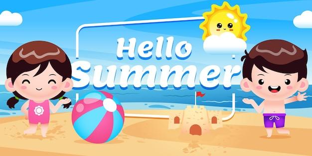 Joyeux enfants mignons présentant une bannière de voeux d'été