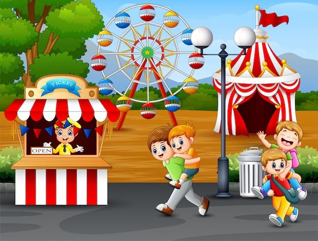 Joyeux enfants s'amusant dans un parc d'attractions