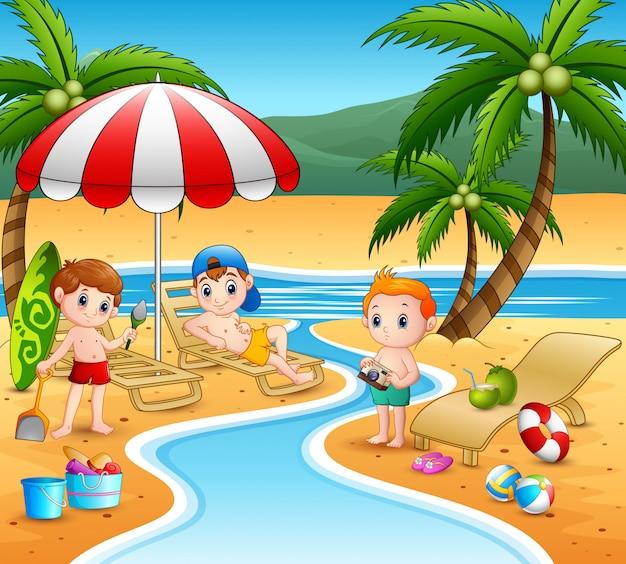 Joyeux garçons jouant à la plage