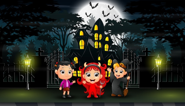 Joyeux halloween célébrer devant la maison à chapelle