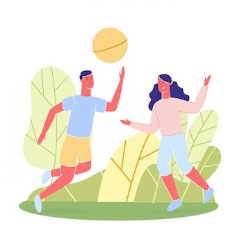 Joyeux homme et femme jouant à la balle en plein air.