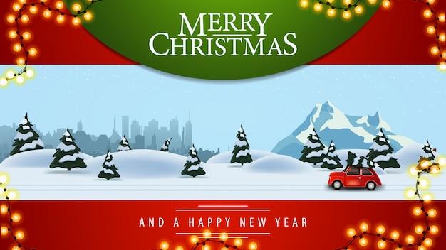 Joyeux noël, belle carte de voeux rouge avec illustration de la forêt de pins d'hiver, ville silhouette, montagne enneigée et voiture vintage rouge portant l'arbre de noël