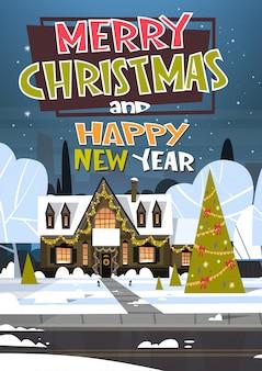 Joyeux noël et bonne année carte de voeux avec arbre de vacances vert près de la maison enneigée