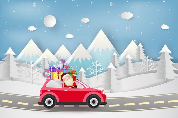 Joyeux noel et bonne année. père noël avec voiture rouge et coffrets cadeaux.