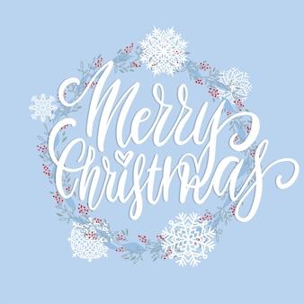 Joyeux noël brosse lettrage texte décoré avec des branches dessinées à la main avec des baies rouges et des flocons de neige.