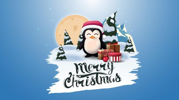 Joyeux noël, carte postale bleue avec grande pleine lune, forêt de pins, montagne et pingouin en chapeau de père noël avec des cadeaux