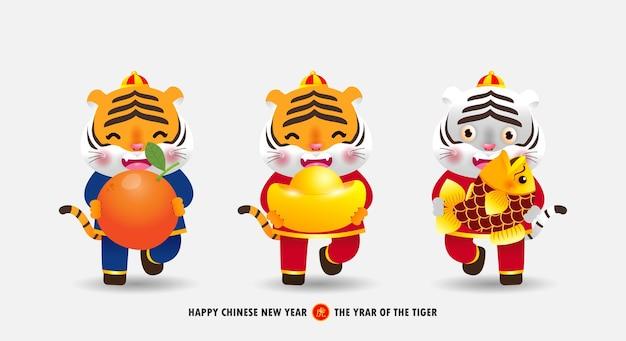 Joyeux nouvel an chinois 2022 bannière petit tigre mignon tenant des lingots d'or orange mandarine et du poisson