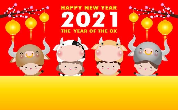 Joyeux nouvel an chinois l'année du zodiaque de carte de voeux de boeuf avec le boeuf et les enfants mignons portant des costumes de vache tenant le panneau de signe