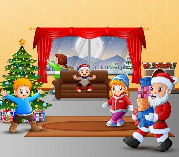 Joyeux père noël tenant un cadeau pour les enfants