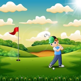 Joyful un garçon jouant au golf dans la cour