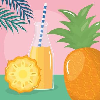 Jus de fruits d'ananas frais en bouteille avec de la paille dans les feuilles des palmiers