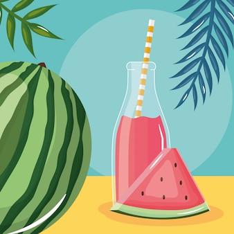 Jus de melon d'eau fraîche en bouteille avec paille dans les palmes