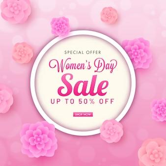 Jusqu'à 50% de réduction pour la conception de l'affiche de la journée de la femme décorée avec une vue de dessus des fleurs coupées en papier.