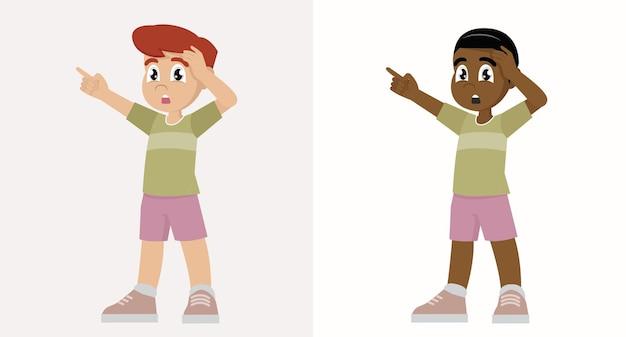 Kid boy show choc et expression de pose étonnée